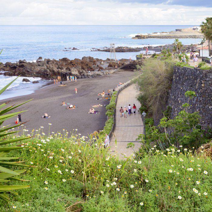 Eine grüne Oase, Outdoor-Pools und ein natürlicher Wasserfall — auf Teneriffa erwartet dich neben der prachtvollen Naturlandschaft und dem Meer …