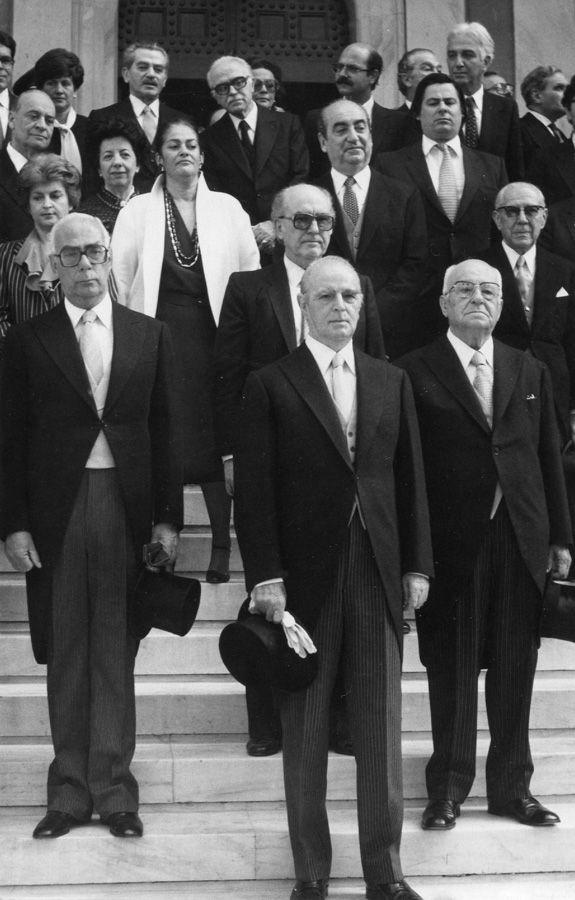Ο Πρόεδρος της Δημοκρατίας Κων/νος Καραμανλής, ο πρωθυπουργός Γεώργιος Ράλλης, ο πρόεδρος της Βουλής Δημήτριος Παπασπύρου και ο αρχηγός της αξιωματικής αντιπολίτευσης Ανδρέας Παπανδρέου έξω από τη Μητρόπολη των Αθηνών μετά τη δοξολογία για το νέο έτος 1981. / The President of the Hellenic Republic C.Karamanlis, Prime Minister G.Rallis, the speaker of the Parliament D.Papaspyrou&the leader of the opposition A.Papandreou outside the Metropolitan church of Athens after the New Year Mass in…