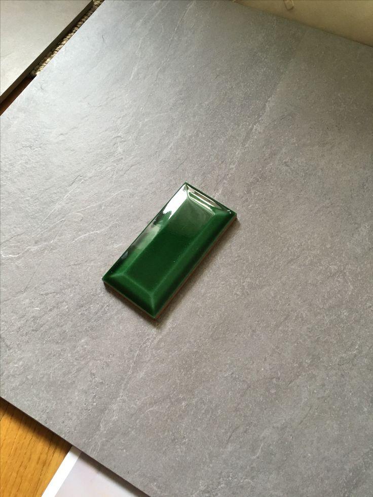 Grå store fliser på gulv, samme flis tas opp på vegg i et litt annet format. Grønn vegg i dusj med fliser ala den grønne her