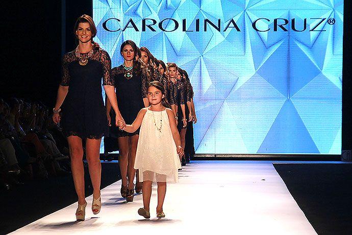 En imágenes: derroche de glamour y elegancia en el desfile de Carolina Cruz | EL PAIS