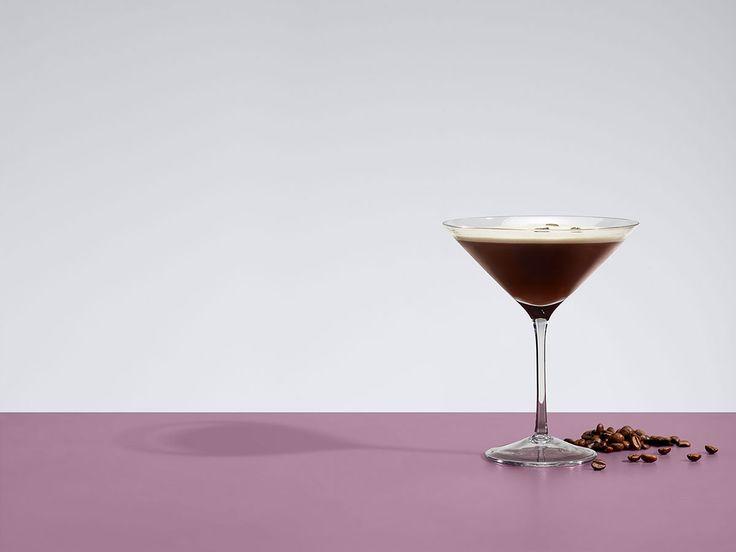 Σας παρουσιάζουμε σε συνεργασία με το Fine Drinking by World Class το δημοφιλές cocktail Espresso Martini με την ντελικάτη Ketel One Vodka, για να το φτιάξετε στο σπίτι σας με έναν κλασικό τρόπο σε επίπεδο World Class.