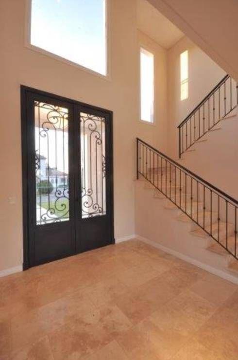 hall: Pasillos, vestíbulos y escaleras de estilo Clásico por Parrado Arquitectura