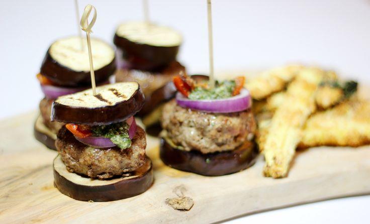 """Vandaag op het menu: patat met een broodje hamburger. Lekker veel koolhydraten, zou je denken.Gelukkig heb ik gezónde patat en een heel verantwoord en gezond broodje hamburger voor je ontwikkeld,met nauwelijksslechte koolhydraten. Friet gemaakt van courgette die enorm knapperig is. En een """"broodje"""" hamburger is gemaakt van gegrilde aubergine, sappig... Read More →"""