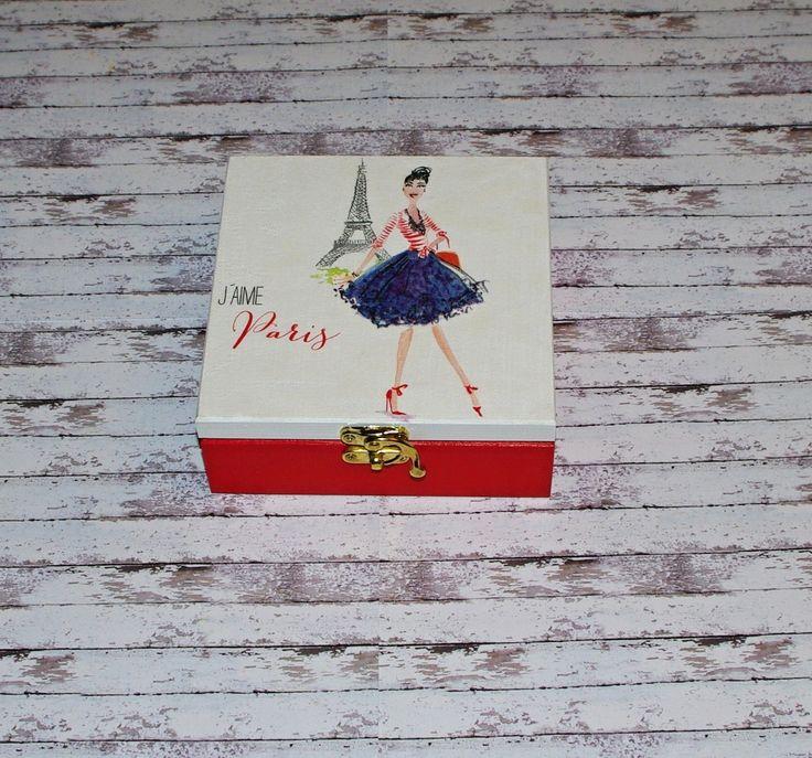 J'aime+Paris+Dřevěná+krabička+o+rozměrech+cca+15x15+cm+a+výšce5,8+cm.+Krabička+je+natřena+akrylovými+barvami,+ozdobená+technikou+decoupagea+zapínáním.+Následně+přetřena+lakem+s+atestem+na+hračky,+uvnitř+nechána+přírodní