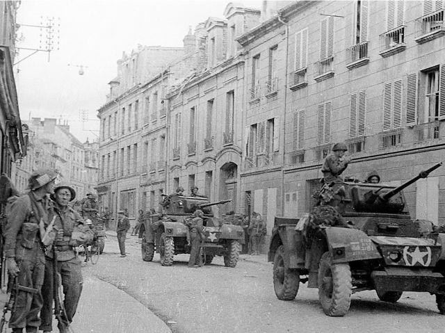 Les Canadiens Rue Caponière, à Caen le 9 juillet 1944, près de l'ilot sanitaire Lycée Malherbe-Bon Sauveur qu'ils viennent de libérer.