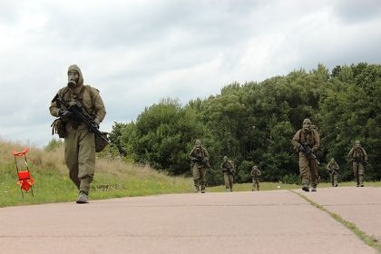 Soldaten des Panzergrenadierbataillons marschieren mit ihrer angelegten ABC-Schutzausrüstung