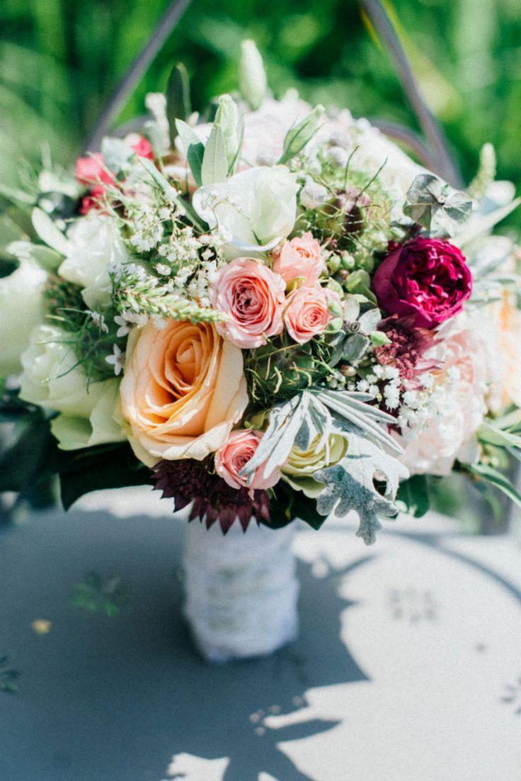 http://www.blissanddelight.com/de/ Auf Burg Deutschlandsberg gab sich das Brautpaar das Ja-Wort. brautstrauß, bridal bouquet, bouquet, blumen, brautblumen, hochzeitsblumen, rosa strauß, rosa blumen, lachs blumen, lachs blumenstrauß, weddingflowers, wedding, Eine klassische österreichische Hochzeit in der Steiermark mit Rosen, Spitze und Lavendel