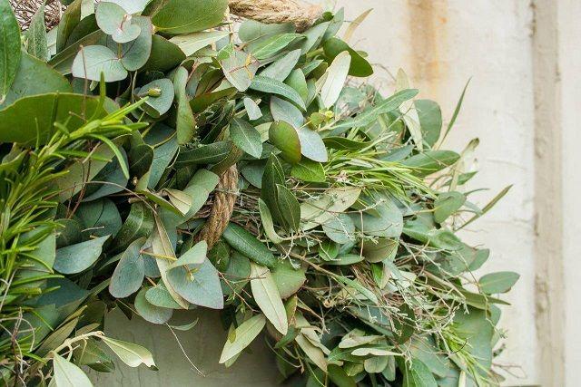 Detail foto , krans van Eucalyptus, olijf en Thijm aan stoer touw