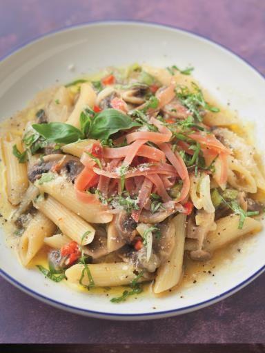 paprika, cumin, poivre, penne, champignon de Paris, courgette, oignon, cube de bouillon, huile d'olive, jambon, parmesan, poivron, gros sel, basilic