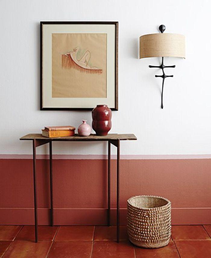 tendance couleur terracotta aux murs et aux sols, carrelage en terre cuite et un soubassement peint en couleur rouille