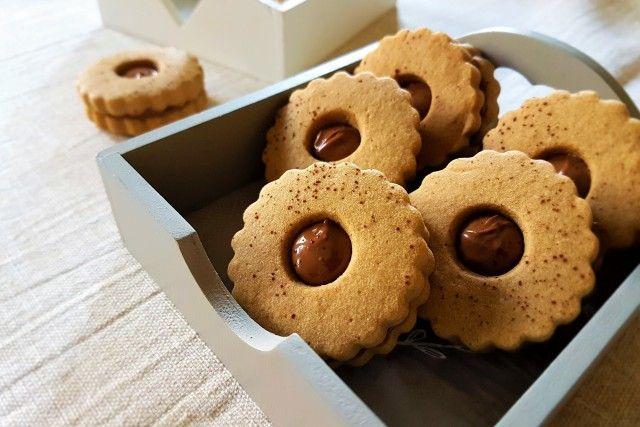 I biscottini al caffè con nutella sono dei dolcetti perfetti per accompagnare il caffè o il tè pomeridiano o per un piccolo peccato di gola durante il giorno. Ecco la ricetta