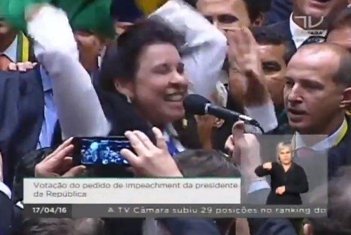 Na noite de ontem na Câmara dos Deputados, segurando uma bandeira do Brasil, a deputada Raquel Muniz (PSD-MG) citou, ao vivo, o seu marido como exemplo de gestor público e votou contra a corrupção e 'por um Brasil que tem jeito'. Seu voto foi um dos mais caricatos da sessão (ela chegou a pular várias vezes enquanto gritava 'sim'). Na manhã de hoje, a Polícia Federal prendeu o seu marido por corrupção