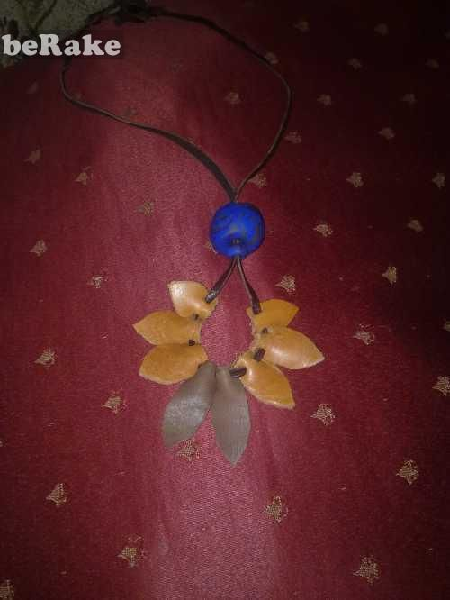 Vendo Collar flor de cuero con bola de fimo...