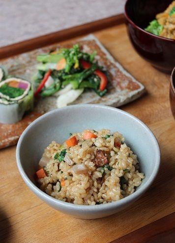 「セイタン入りの鶏ごぼうご飯」。 炊き込みご飯が美味しい季節。 鶏肉の代わりに大豆たんぱくのセイタンを ごぼうや板こんにゃくと一緒に 玄米に加えて圧力鍋で炊きます。 セイタンの醤油味が炊きあがった玄米に染み込んで美味しくなります。 人参と炒めた青菜を全体に混ぜあわせました。 根菜の旨みも加わって、美味しい炊き込みご飯の出来上がり。