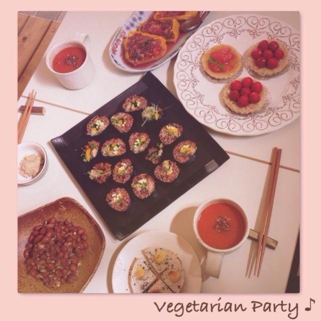 (素食派對) 今日はゆぅみんちゃんとあるお祝い事のために二人きりのパーティーをしました!(´艸`)ムフフ  ゆぅみんちゃん作… 酵素玄米の太巻き トマトスープ キヌアのせ 赤大豆とナッツの味噌和え 里芋のグリル ヒマワリの種で作ったツナ風ペースト  まちこ作 パプリカと茄子の詰め物 クスクスのタルト  二人とも味覚がめっきりベジタリアン化して世間の皆様の味覚からは離れちゃってるね〜という話などしたり。ゆぅみんちゃんが徹底的なマクロビ生活でアレルギーを克服したお話を聞かせてもらったりしました。  デザート編に続きます… - 133件のもぐもぐ - ゆぅみんちゃんとベジベジパーティー!ヾ(o゚x゚o)ノ by まちまちこ