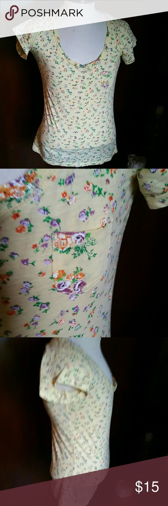 BNWOT- RUE 21- yellow floral top How cute for the summer Longer top Vneck Capped…