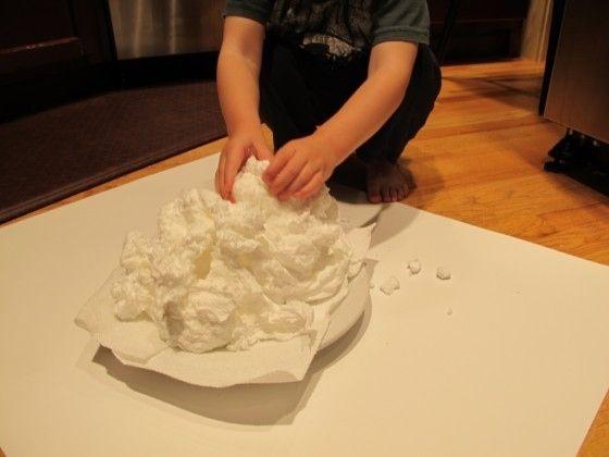 Pon en el microondas jabón de marfil para hacer un gran y descabellado soufflé de jabón. | 24 Experimentos científicos que tus hijos adorarán