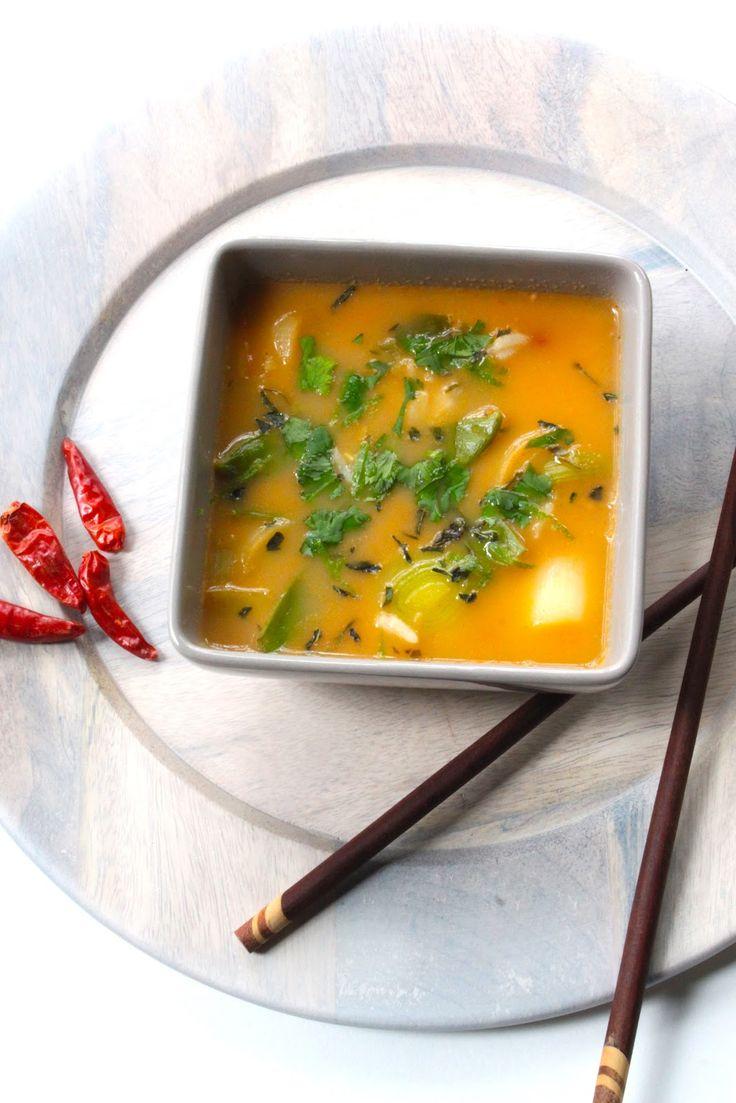 Bouillon thaï { légumes & riz } - 400g de poireaux bio en rondelles,1 poignée de pois gourmands bio,2 piments oiseaux,3cm de gingembre frais râpé,2 blancs de citronnelle,1 belle càs de pâte de curry rouge, 750ml de bouillon thaï, 50g de riz thaï,20cl de lait de coco allégé,1 càs de nuôc mam thaï,1 belle càs de coriandre fraîche,1 càc de basilic thaï,1/2 citron vert bio ( jus + zestes )
