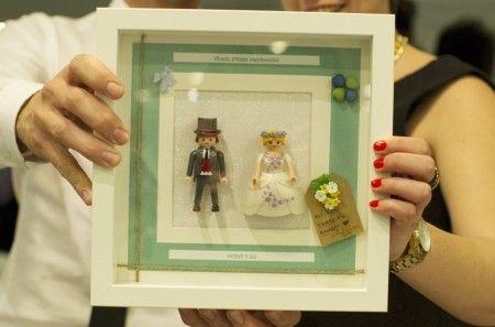 A los amigos que se casan dentro de poco les regalamos unos cuadros personalizados con la pareja de novios de playmobil. Todos los han colgado en sus casas y quedan muy bonitos!