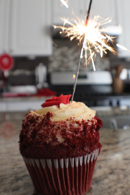 Sparkly red velvet cupcakes: Sparkle Cupcakes, Food Valentines, Valentines Day, Cupcake Food, Red Velvet Cupcakes, Sparkler Cake, Sparklers Cupcakes, Valentine S, Sparkler Cupcake 3
