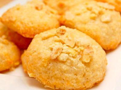 Wanneer je de echte amaretti koekjes wilt maken,dan heb je bittere amandelen nodig. In Nederland en Belgie zijn deze moeilijk te verkrijgen, maar als je dan toch in Italië bent koop daar eens een kilo. Duur zijn ze niet, ik kocht ze voor 3 euro de kilo. Deze koekjes zijn niet hard hooguit is de buitenkant wat krokant.