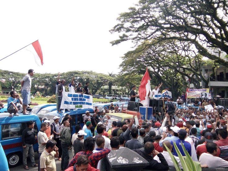 """Sopir Angkot Kembali Demo Tuntut Go-Jek Benar-Benar Ditutup https://malangtoday.net/wp-content/uploads/2017/03/IMG20170306085820.gif MALANGTODAY.NET – Ratusan sopir angkutan umum yang tergabung dalam Organisasi Angkutan Darat (Organda) Kota Malang kembali meluruk Balai Kota Malang. Kali ini, mereka menuntut agar transportasi berbasis online benar-benar ditutup dan dihapuskan. """"Kami menuntut, karena kami adalah... https://malangtoday.net/malang-raya/kota-malang/ang"""