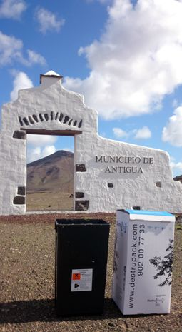Contenedor de residuos especiales y caja de documentacion confidencial en la isla volcánica de Fuerteventura