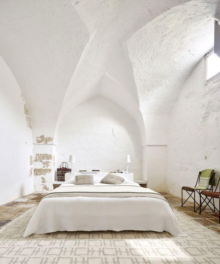 Camera da letto con uno stile minimal, bianco e luminoso molto rilassante. Dietro il letto una originale postazione di lavoro - casa rustica moderna