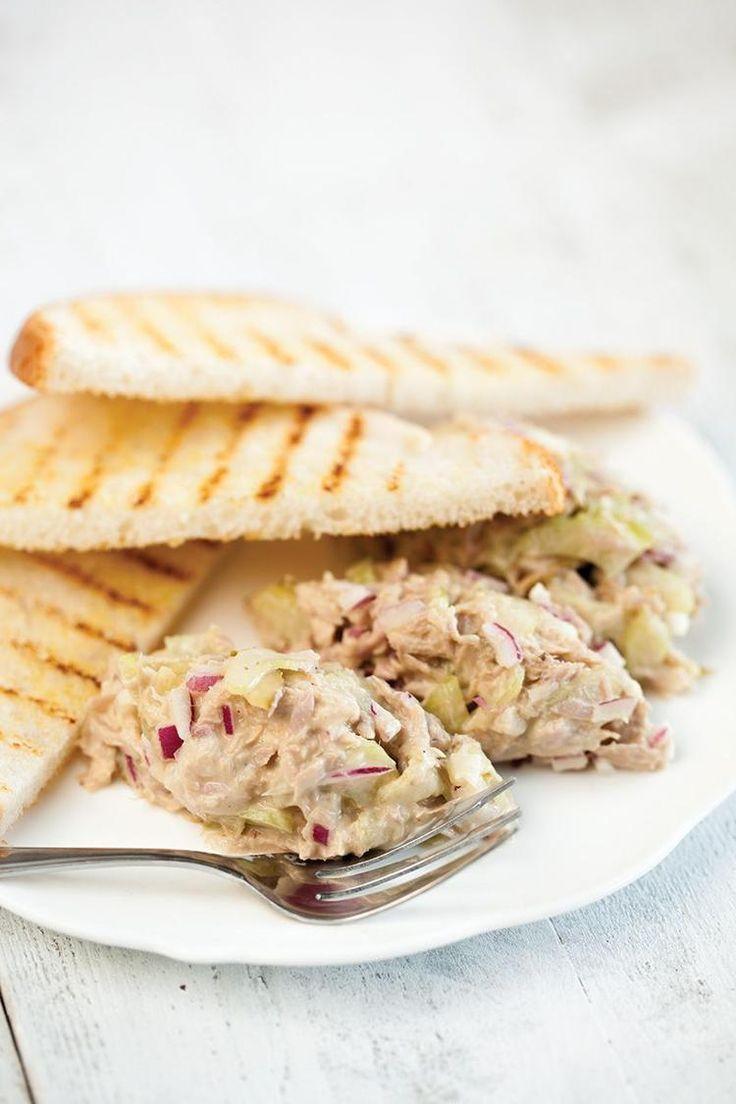 Bekijk de foto van ohmydish met als titel KLASSIEKE TONIJNSALADE  Deze klassieke tonijnsalade is heerlijk voor op brood, toast of bij een barbecue. Klaar in maar 15 minuten, recept voor 4 personen.  Recept onder de knop BRON en andere inspirerende plaatjes op Welke.nl.
