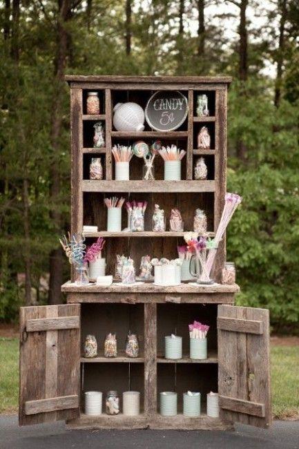 candy bar dans un vieux meuble de récupération, une idée géniale pour un mariage rustique