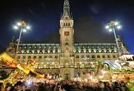 0481_1332 Weihnachtsmarkt vor dem Rathaus Hamburgs - auf dem Rathausmarkt sind Weihnachtsbuden aufgebaut - die Marktstände sind weihnachtlich mit Tannengirlanden und Lichterketten geschmückt. Menschen drängen sich über den Markt - zu Weihnachten sind die unterschiedlichen Weihnachtsmärkte der Hansestadt eine Attraktion für die Hamburg-Touristen und auswärtigen Besucher der Stadt.