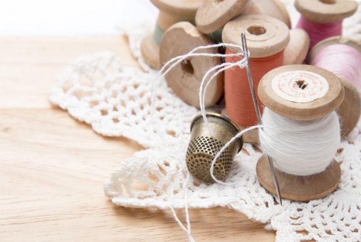 子どもの引っ掛けによる服の破れや穴あきは、面倒だからと放っておくとどんどん穴が広がってしまいますね。今回は、ズボンの破れや穴を、手軽にしかも丈夫に補修する「手縫いステッチ補修」をご紹介します。ポイントを押さえて、針と糸でちくちく手縫いするだけで、目立たないステッチや、ワンポイントになるかわいい刺しゅうで、補修できちゃいますよ。空き時間にできるので、ちょっとした手芸気分でトライしてみませんか。