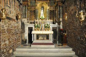 """Santa Casa di Loreto Secondo la tradizione, nel 1291, quando i crociati furono espulsi definitivamente dalla Palestina, le pareti furono trasportate """"per ministero angelico"""". Oggi, in base a nuove indicazioni documentali,  si va sempre più confermando l'ipotesi secondo cui le pietre della Santa Casa sono state trasportate a Loreto su nave, per iniziativa della nobile famiglia Angeli, che regnava sull'Epiro. Pare noi BrunorI sbarcammo in Italia insiema alla famiglia Angeli."""