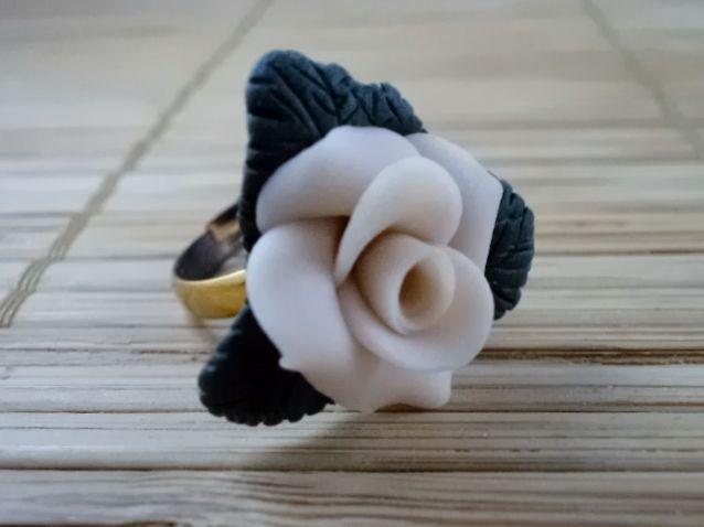 Inel Tiffany Inel unicat realizat manual din lut polimeric. Se poate realiza doar la comanda, in diferite culori. Inelul este reglabil.