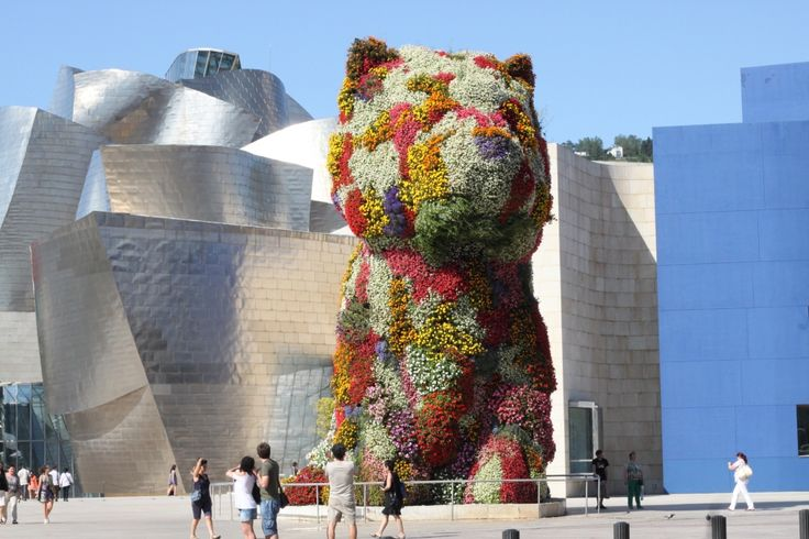GUGGENHEIM BILBAO - Il Guggenheim Museum di Bilbao è un museo di arte contemporanea situato in un edificio progettato dall'architetto canadese Frank O. Gehry. E' il simbolo della rivitalizzazione della città intrapresa dall'amministrazione pubblica dei Paesi Baschi. Oggi è  un'importantissima attrazione turistica, richiamando visitatori da numerosi paesi del mondo e diventando così il simbolo della città di Bilbao nel mondo.