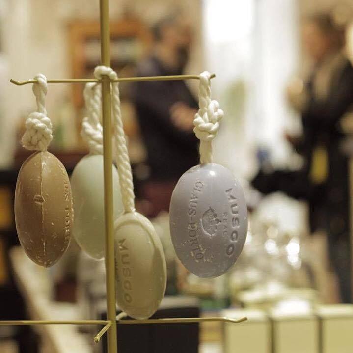 #clausporto #soaps #musco #men #portugal #aristocracy #coconutoil #luxury #luxurylife #rosinaperfumery #nicheperfume #perfume #mykonos #glyfada #giannitsopoulou6 #street ❤️. Shop online: www.rosinaperfumery.com