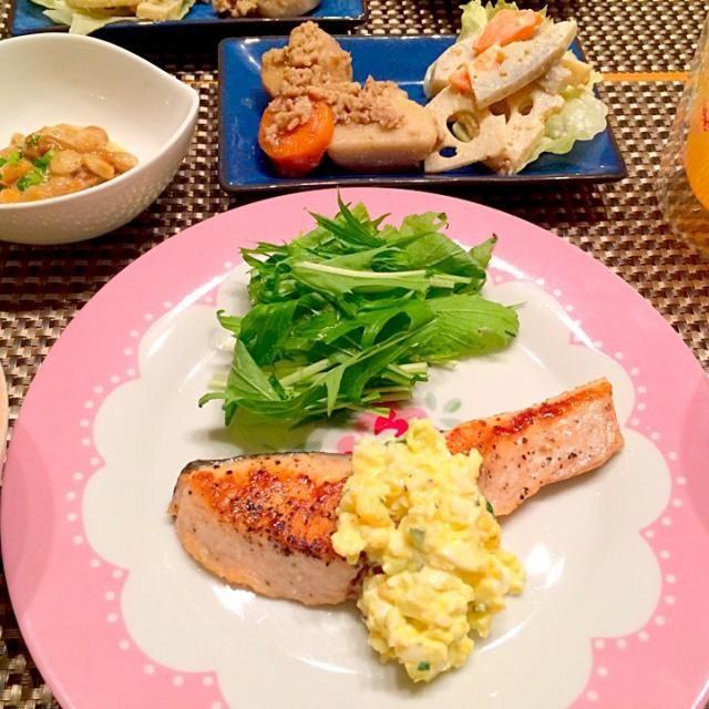 今日の夕飯~ ☆秋鮭のムニエル簡単タルタルソースがけ ☆梅納豆 ☆里芋の鶏そぼろ煮 ☆れんこんにんじんのゴママヨサラダ  昨日の残りの副菜の使い回しで手抜きです( ´•̥ו̥` ) タルタルソースはピクルスないので、刻んだきゅうりとイタリアンドレッシングを混ぜました(❁´ω`❁) - 7件のもぐもぐ - 秋鮭のムニエル簡単タルタルソースがけ by happyairing69
