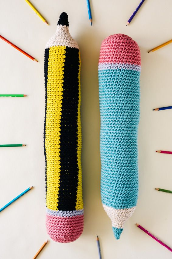 Cojines Lápices XL - Patrón Gratis en Español - English Pencil Pillow Pattern here: http://commonthread.us/discover/free-patterns/crochet-patterns/amigurumi-pencil-pattern/