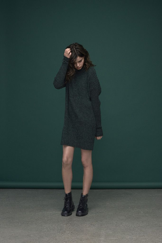Short rip knitted dress with long and cosy sleeves. Match them with chunky boots for an awesome autumn look.