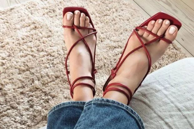 Tendência dos Anos 90: Sandálias com Bico Quadrado Invadem o Street Style | Estilo de sapatos, Tendências dos anos 90, Sapato bico quadrado