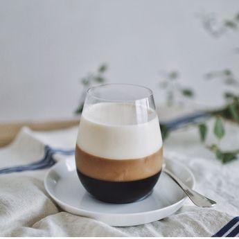 コーヒー好きにはたまらない。おうちでつくれる、見た目が美しい「三層コーヒーゼリー」レシピ。|CAKE.TOKYO