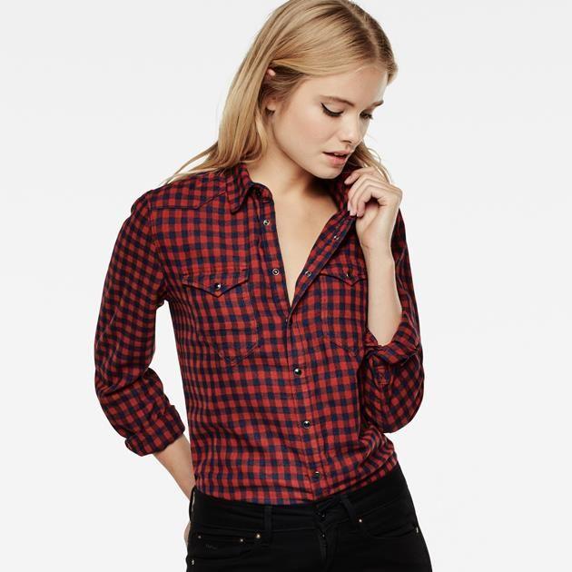En s'inspirant des vêtements de travail, cette chemise joliment vieillie affiche un empiècement double au niveau de l'épaule et des poches à rabat sur la...