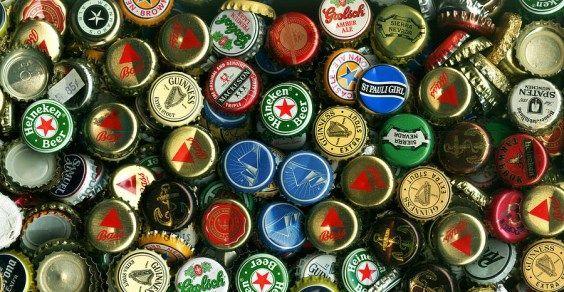 Tappi di bottiglia, tante idee per il riciclo creativo. Ecco come riciclare in modo creativo i tappi di bottiglia in metallo, i tappi di birra e dei succhi di frutta.
