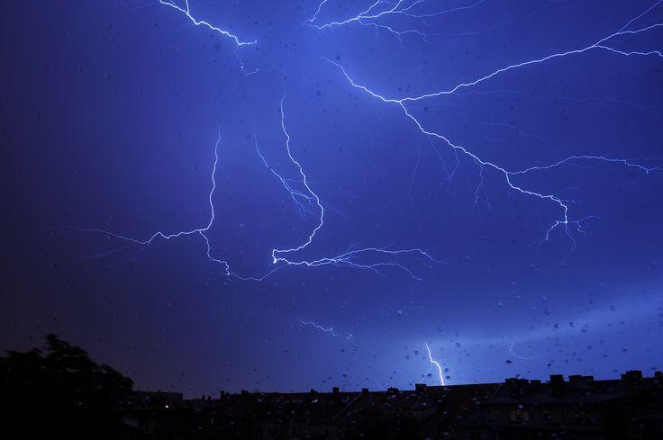 Ein Gewitter im Juli 2012 über Erfurt. Foto: Marco Kneise