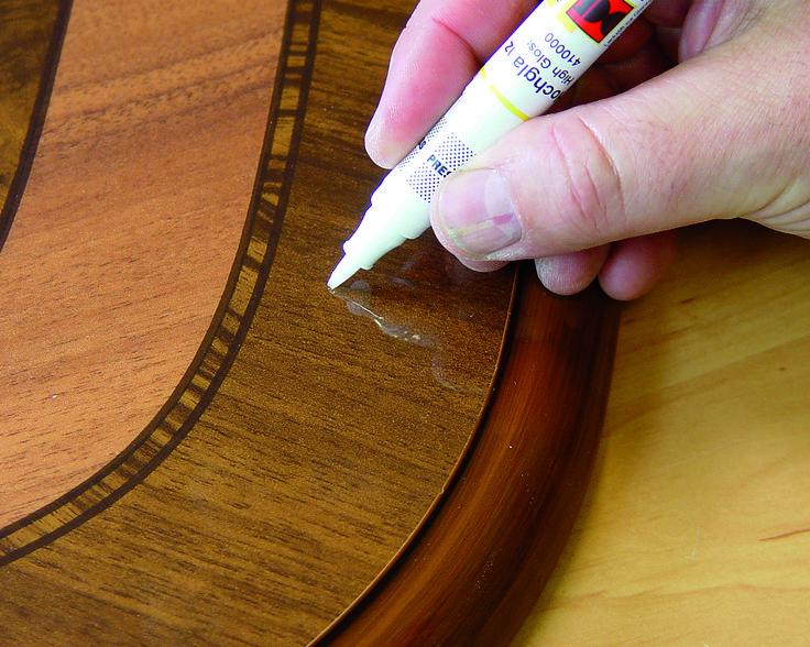 Penseelfix blanke lak. Verzegelen en retoucheren met een penseel in stift. Penseelfix: de stift met de penseelpunt! Optimaal voor de precieze verzegeling en voor het aanpassen van de glansgraad van de gerepareerde schade. Ook te gebruiken voor het verwijderen van fijne krasjes en schaafplekken in gelakte meubeloppervlakken zoals parket en laminaat. https://www.picobello-shop.nl/content/penseelfix-blanke-lak