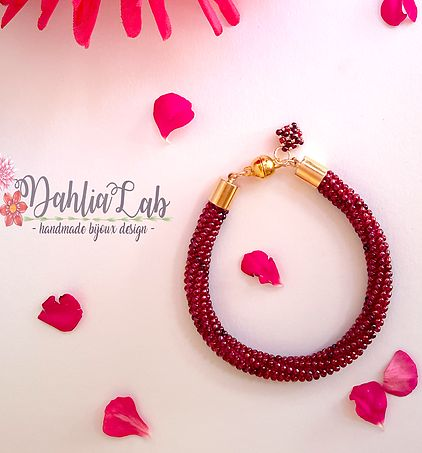 Dahlia Lab è una piccola attività creativa che unisce l'amore per i fiori con le cose fatte a mano per dare vita a gioielli raffinati e colorati ...