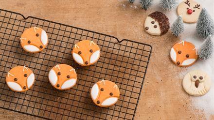 Auf dem Plätzchenteller geht es rund: Entdecke ein allerliebstes Backrezept für Fuchs-Plätzchen - eine Idee aus unserer Waldtier-Plätzchen-Reihe.