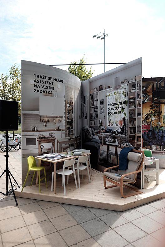 En Croatie, IKEA a eu l'idée d'installer un catalogue grandeur nature en pleine rue pour faire la promotion de sa nouvelle collection.
