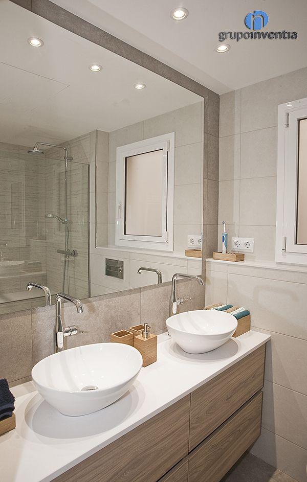 El baño de cortesía cuenta con un #lavabo doble de diseño ovalado. #toilet #bcn