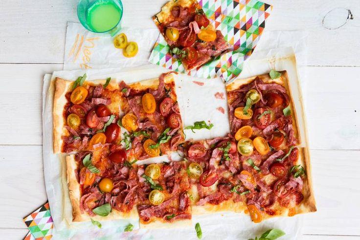 Kijk wat een lekker recept ik heb gevonden op Allerhande! Plaatpizza met salami en tomaatjes